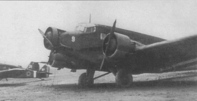 Королевские ВВС Румынии захватили этот Ju-52/3m g14e (бортовой номер 9) у люфтваффе после перехода Румынии на сторону союзников 23 августа 1944г. Самолет оснащен толстыми подкосами основных опор шасси по типу использовавшихся на Ju-52/3m g3e/g4e, Обратите внимание на капот-щиток, установленный на средний двигатель, щиток предотвращал забрызгивание маслом лобового остекления кабины летчиков. На заднем плане — два захваченных румынами г немцев самолета Юнкерс W-34.