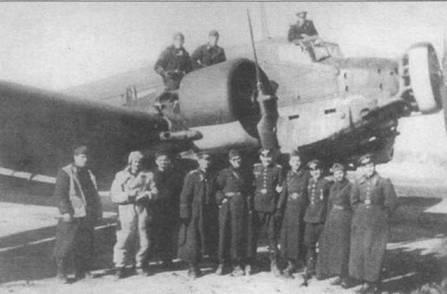 Болгарские солдаты позируют на фоне трофейного самолета Ju-52/3m g14e, конец 1944г. Болгария перешла на сторону союзников в сентябре 1944г. Обратите внимание на увеличенные выхлопные патрубки двигателей BMW-132L.