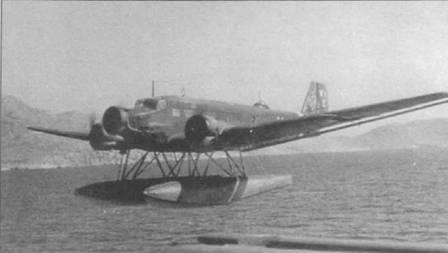 Гидросамолет Ju-52/img5e (See) из STSt- I (Seetransportstaffel, морская транспортная эскадрилья) в полете j' побережья Крита, 1941г. На руль направления белой краской нанесен временный идентификационный код «WI Е». Вокруг фюзеляжа накрашена белая полоса — отличительный признак самолетов стран Оси, воевавших на Средиземноморье. Видна лестница между поплавком и дверцей в борту фюзеляжа.