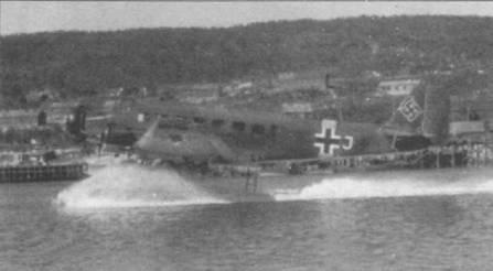 Гидросамолет Ju-52/$m (See) выруливает на взлет в акватории бухты. Самолеты, летавшие на Восточном фронте, имели желтые полосы вокруг фюзеляжей и на нижних поверхностях крыла. Белая литера «J» — идентификационный знак самолета в стаффеле.