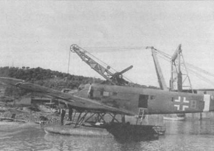 Подготовка гидроплана к подъему <a href='https://kran-info.ru/' target='_blank' rel='external'>краном</a> с воды на сушу. Все гидросамолеты Ju-52/3m (See) оснащались внешними поручнями вдоль бортов фюзеляжей. Поручни располагались ниже окон грузовой кабины. Поплавки для Ju-52/3m (See) выпускала фирма Хейнкель по контракту с фирмой Юнкерс.