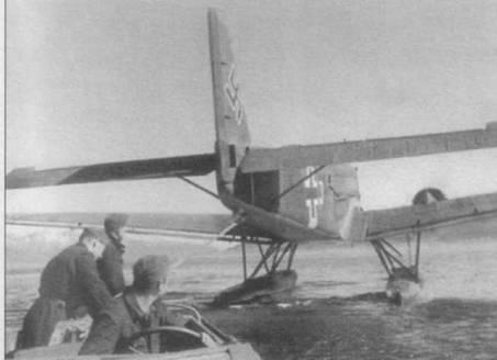 Гидросамолет Ju-52/3m (See) на буксире у катера. Опознавательный так, крест, на фюзеляже нанесен на фоне желтой полосы Восточного фронта. Перед крестом нанесена белой краской идентификационная литера «J».