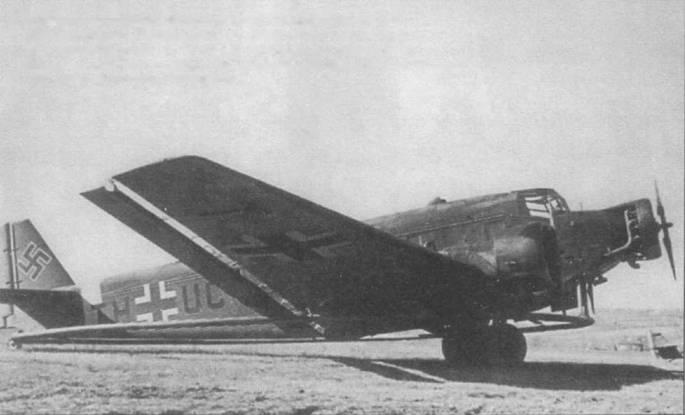 Самолет-тральщик Ju-52/3m MS (TH+UC) из 4-го стаффеля MSGr-1 (Minensuchgruppe, группа искателей мин), сни. чок сделан в Италии. Стаффель осуществлял траление мин в Адриатическом море. Самолет переоборудован из Ju-52/3m g7e, воздухозаборник вентиляции кабины расположен в передней части крыши фюзеляжа.