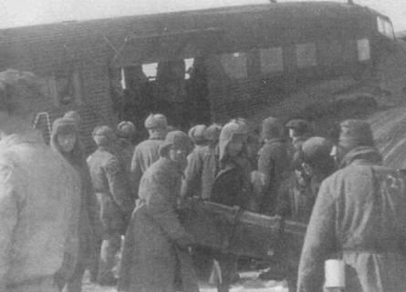 Выгрузка ящиков с боеприпасами из кабины Ju-52/3m g7e где-то на заснеженном русском аэродроме. В проеме окна установлен пулемет MG-15, над средним двигателем — щиток-капот, снижающий вероятность забрызгивания остекления кабины летчиков маслом. Советские военнопленные повсеместно использовались немцами для подсобных работ.