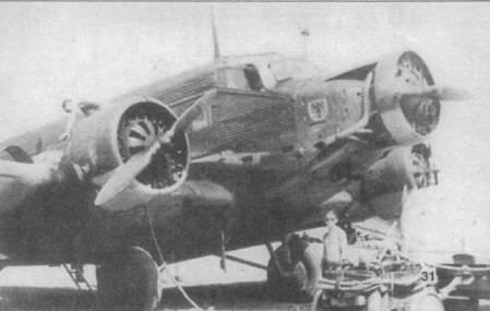 Ju-52/3m g7e из KG-500, Югославия. На средней верхней части остекления фонаря кабины установлено зеркало заднего обзора. Часть Ju-52/3m оснащались подобными зеркалами, облегчавшими обзор в воздушном бою. За средним двигателем просматривается щиток.