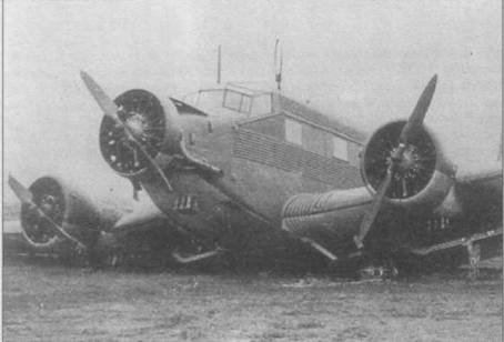 Ju-52/3m g3e подломил стойки основных опор шасси при грубой посадке. На снимке — один из немногих самолетов, у которых под двигателями ставилось по три маслорадиатора.