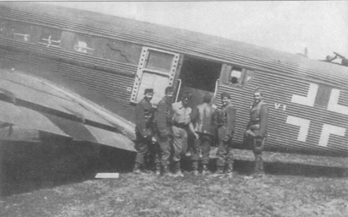 Ju-52/3m g5e из транспортного стаффеля 7-го воздушного корпуса, Кунёв, Польша, начало лета 1944г. Ниже окон на борту фюзеляжа закреплен поручень — вероятно на снимке переделанный в сухопутный вариант гидросамолет Ju-52/3m (See). Закрылки на взлете отклонялись на угол 25град., на посадке — на угол 40град.