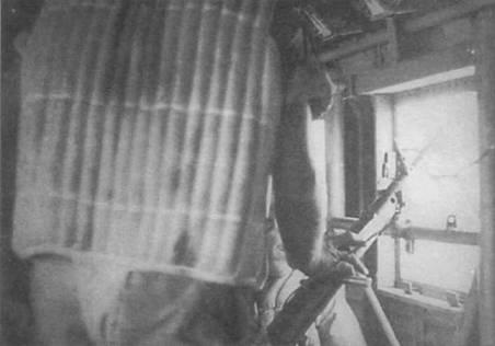 Стрелок в спасательном жилете сфотографирован у бортового пулемета MG-15. По одному такому пулемету ставилось по правому и левому борту в проеме небольших окон, расположенных сразу за грузовым люком. Скорострельность MG-15 составляла 1100 выстрелов в минуту. Длина пулемета -108см.