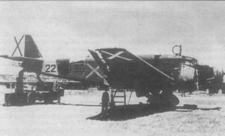 Техническое обслуживание самолета Ju-52/3m gЗe (22–90) на аэродроме испанских националистов. Начиная с конца 1936г. верхние поверхности самолетов Ju-52/3m камуфлировались красками темно-коричневого (RLM-61/FS-30040), зеленого (RLM-62/FS- 34128) и серо-зеленого цветов (RLM-63), нижние поверхности окрашивались в светлоголубой цвет (RLM-65/FS-35352). Косой крест на борту фюзеляжи скорее всего нарисован голубой краской (примерно FS-3S260). Идентификационные коды Ju-52/3m франкистов начинались с номера «22».