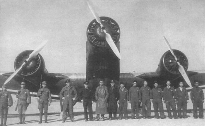 Немецкий летный и технический персонал позирует на фоне самолета Ju-52/3m ge авиакомпании Евразия, Сянфу, 1936г. 11 декабря 1936г. маршал Чан Линь арестовал президента Китая Чана Кай Ши и его жену Мэйлань Сунь. Чан Кай Ши был освобожден 15 декабря и доставлен самолетом Ju-52/3m ge авиакомпании Евразия в Нанкин.