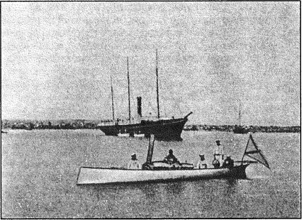 Минный катер «Чесма», на заднем плане пароход «Великий князь Константин».
