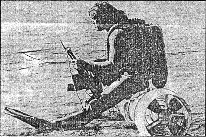 Советский боевой пловец с ПСД и автоматом для подводной стрельбы.