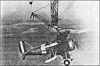 Истребитель «Сперроухоук» на причальной трапеции «Мекона».