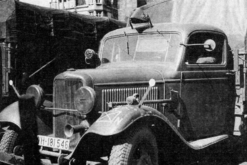 Автомобиль Ford-BB. На крыше кабины светящийся сигнал извещает о буксируемом прицепе. Перед радиатором фары в брезентовом чехле с узкой прорезью — с «затемнением»