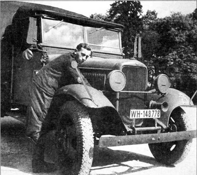 Автомобиль Ford-BB завода в Кёльне. От знакомого нам ГАЗ-А А машина отличается очертаниями радиаторной решётки, наклёпанными на крыльях ограничителями габаритов и семафорами поворотных сигналов — винкерами. Кабина с мягким брезентовым верхом