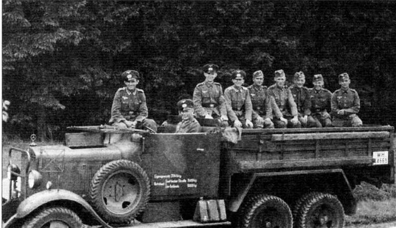 Бортовой грузовик Mercedes-Benz G3a для перевозки пехоты. На довоенном фото видны необычные номера на дверце кабины. Стекло кабины опущено, перед левой дверью — фара-искатель, видны фары сбоку капота, подфарники на крыльях. В деревометаллическом кузове установлены скамейки вдоль бортов