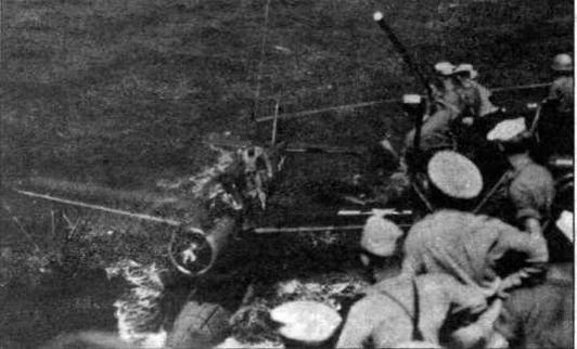 """Подъем самолета-разведчика на борт линкора """"Миссури"""" (фото из архива К.Золотова)."""