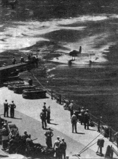 """Линкор """"Миссури """". Подготовка к приему на борт корабельного самолета, вернувшегося с разведки (фото из архива К.Золотова)."""