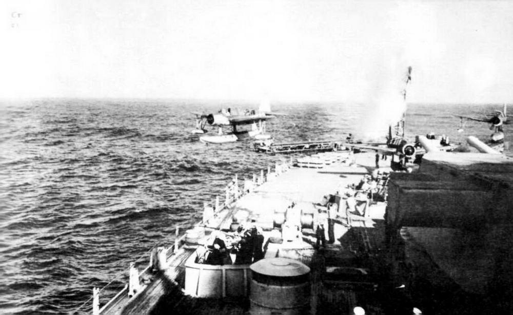 Старт гидросамолета OS2U «Кингфишер» с катапульты «Айовы», лето 1944 г.