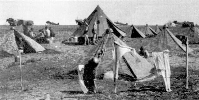 Типичный передовой полевой аэродром. На этой площадке базируются самолеты I./JG-52, лето 1942г. Стальные каски — не дань фронтовому антуражу, а предмет первой необходимости в связи с участившимися налетами советской авиации.