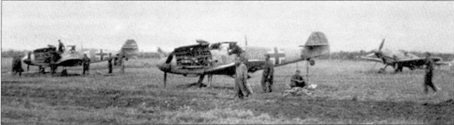 Чтобы упростить работу с двигателями мессершмиттов, хвосты самолетов поднимали. На снимке — истребители II./JG-52.