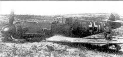 Пилоту этого мессершмитта из III./JG-52 не повезло. Он сел на территории, контролируемой Красной Армией и попал в плен. На крыле истребителя — советский пехотинец.