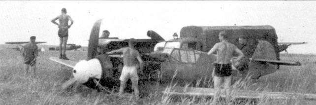 Поврежденный «Фридрих» из II./JG-52 сумел дотянуть до площадки, где базировались разведчики Hs-126.