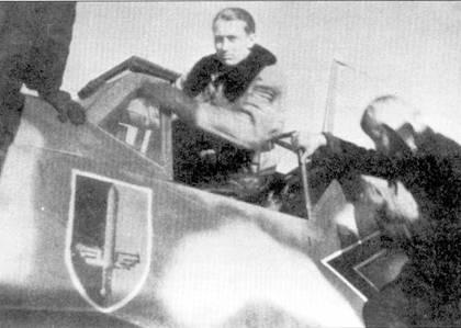 Командир II./JG-52 гауптман Йоханнес Штейнхоф в кабине своего «Густава», Крым, осень 1942г. Хорошо видна эмблема II группы — крылатый меч.