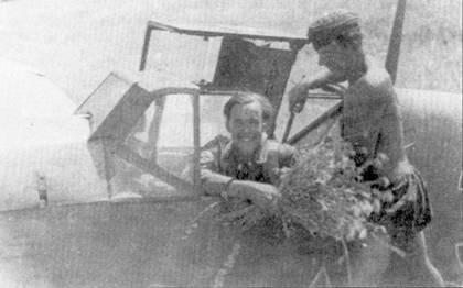 Лейтенант Гейнц «Джонни» Шмидт из II./JG-52. Механик преподнес командиру цветы, скорее всего снимок сделан после боевого вылета, в котором Шмидт сбил 50-й самолет или же 23 августа 1942г., в день награждения летчика Рыцарским крестом.