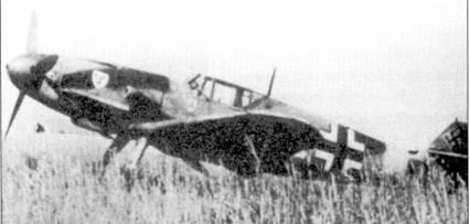 На капоте двигателя Bf 109F-4/trop хорошо видна эмблема 3-й эскадры «Удет», ближе к кабине — эмблема I./JG-3. Самолет окрашен по средиземноморской камуфляжной схеме, хотя снимок сделан на Восточном фронте.