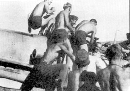 Технический персонал оседлал Bf.109F-4/trop гауптмана Вольфганга Эвальда, снимок сделан, предположительно в июле 1942г. Эвальд сменил на посту командира III./JG-3 майора Карла-Гейнца Гнейсерта, погибшего 22 июля в бою с И-16. Эвальда сбили в районе Курска, и он попал в плен.