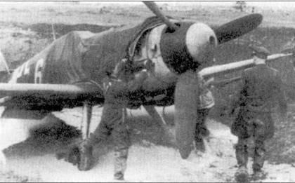 С приходом русской осени приходит русская гряп,… Летчик и техник снимают чехлы с «каноненбота» из II./JG-3.