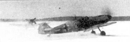 Истребитель выруливает на взлет по хорошо укатанной дорожке. Рулежная дорожка, также как и взлетно-посадочная полоса, обвалованы снегом, чтобы пилот не съехал ненароком в сугроб.