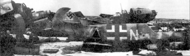 К зиме 1942-43г.г. командованию люфтваффе удалось организовать эффективную систему эвакуации и ремонта поврежденных самолетов, однако из-за быстрого продвижения советских войск в ходе контрнаступления под Сталинградом поврежденную технику далеко не всегда удавалось увезти в тыл. Так, на стации Чир русские захватили большое число неисправных самолетов. Черный треугольник на борту Bf 109Е обозначает принадлежность машины к истребительно-бомбардировочной группе ll./ShlG-l. Здесь же истребители из JG-3 и JG-53.