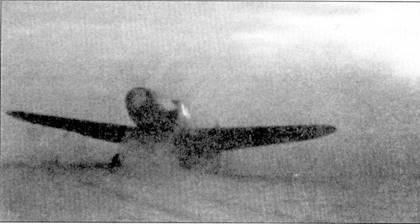 Воздушный винт «Густава» создал плотную завесу их воды, снега и грязи — типичные условия взлета и посадки на аэродроме Питомник, где базировался добровольческий Platzschutzstaffel.