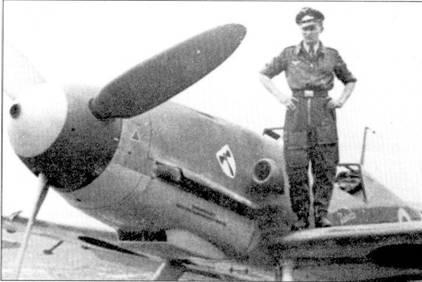 Кавалер Рыцарского креста Георг Шентке позирует у своего самолета, аэродром Питомник, Рождество 1942г. Bf 109F-4 несет адаптированный под условия Восточного фронта средиземноморский камуфляж. Хорошо видна эмблема III./JG-3 на капоте двигателя.