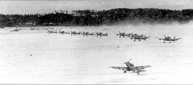 Ни крайнем Севере летчики новой 5-й истребительной эскадры часто летали на эскортирование пикирующих бомбардировщиков Ju-87. На снимке — с заполярного аэродрома взлетают одновременно бомбардировщики и истребители.