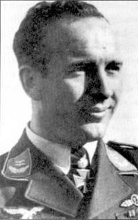 Третьем среди самых результативных летчиков JG-5 был бывший пилот Bf.110 командир 7-го стаффеля оберлейтенант Теодор Вейссенбергер. Парадный снимок Вейссенберга сделан по случаю награждения его дубовыми листьями к Рыцарскому кресту за 112 побед в воздушных боях, 2 августа 1943г.