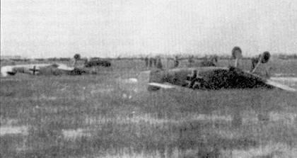 Южный сектор Восточного фронта, весна 1942г. Раскисшие аэродромы провоцировали капотирование многих мессершмиттов. Этот снимок сделан в окрестностях Харькова 5 мая 1942г. Два самолета невезучиj пилотов принадлежат III./JG-77.