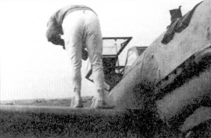Оба пилота из скапотировавших истребителей остались живы, самолеты восстановили.