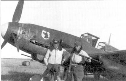 В августе 1942г. III./JG-77 перевооружили с «Фридрихов» на ранние модели «Густавов». На фоне «канонебота» позируют два летчика, справа — будущий кавалер Рыцарского креста оберфельдфебель Иоганн Пихлер, сентябрь 1942г., Ленинградский фронт. Обратите внимание на эмблему группы — голову волка.