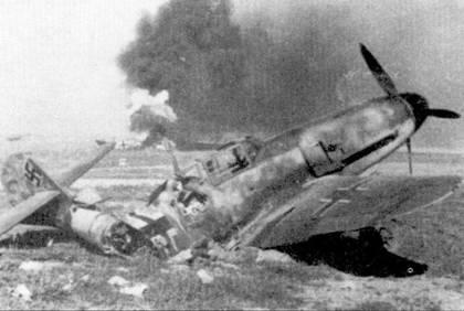 Результат работы штурмовиков Ил-2 — перерезанный напополам пушечной очередью Bf. 109, еще один мессершмитт догорает на заднем плане.