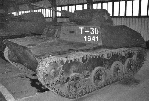Легкий <a href='https://arsenal-info.ru/b/book/2592262507/2' target='_self'>танк Т-30</a>. Вид с левого борта. Опорные катки и ленивец литые, упрощенные. Подобная ходовая часть впоследствии устанавливалась на значительном количестве легких танков Т-60.