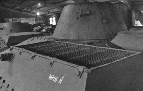 Виды правого борта и задней части легкого танка Т-30. Различима сетка, защищающая жалюзи отвода воздуха от радиаторов системы охлаждения и двигатель моторного отсека. Нижний броневой лист сзади уже спрямлен.