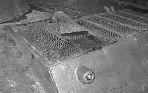 Моторный отсек легкого танка Т-30. Хорошо видна защитная сетка жалюзи и двигателя, а также выпускная труба выхлопной системы.