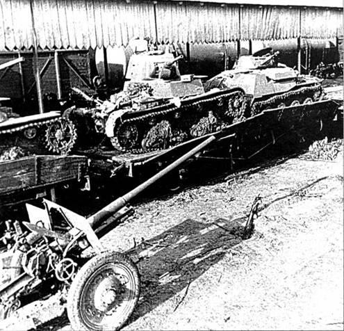 Советские танки, захваченные немецкими войсками. На железнодорожной платформе стоят танки Т-26 и Т-40. Украина, лето 1941 года.