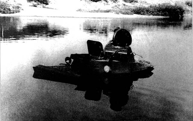Легкий танк Т-40 преодолевает водную преграду. Скорее всего снимок сделан в предвоенное время во время испытаний.