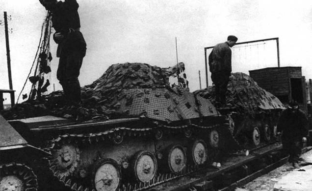 С началом войны потребности действующей армии в технике изменились, поэтому в производство был запущен неплавающий вариант амфибии – танк Т-40С. На снимке: боевые машины Т-40С на платформах при отправке 109 тд на фронт. Окрестности Москвы, август 1941 года.