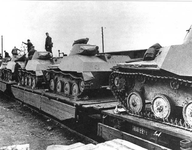 Отправка на фронт 109-й танковой дивизии Красной Армии. Видны как амфибийные машины Т-40, так и неплавающие танки Т-40С. Одна из подмосковных станций, август 1941 года.