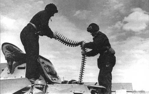 Экипаж танка Т-40 загружает в боевую машину боекомплект – пулеметные ленты к 12,7-мм крупнокалиберному пулемету ДШК. Московская область, 109-я <a href='https://arsenal-info.ru/b/book/1627328415/38' target='_self'>танковая дивизия</a>, август 1941 года.